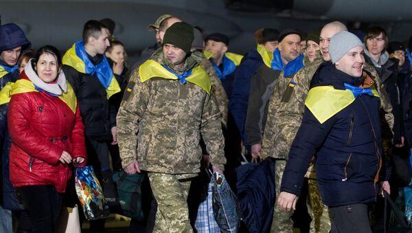 Украинские военнопленные, переданные в результате обмена между представителями Киева и Донецкой и Луганской народных республик, в аэропорту Борисполь