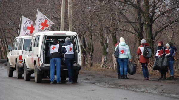 Представители Красного Креста во время обмена пленными между ЛНР и ДНР и Киевом между поселками Майорск и Горловка.