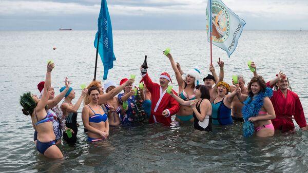 Участники клуба моржей из Севастополя на параде Дедов Морозов в Ялте