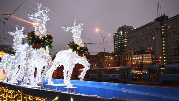 Новогодняя инсталляция, украшенная яркими светодиодными огнями, в Москве