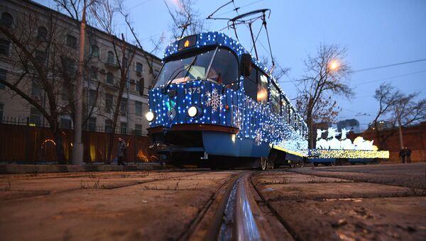 Новогодний трамвай, украшенный яркими светодиодными огнями, в Москве