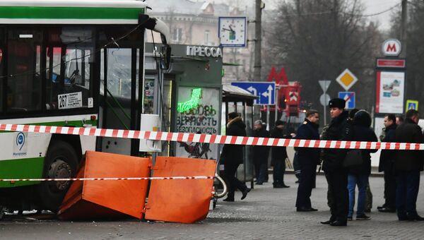 Сотрудники правоохранительных органов у пассажирского автобуса, въехавшего в остановку на Сходненской улице в Москве. 29 декабря 2017