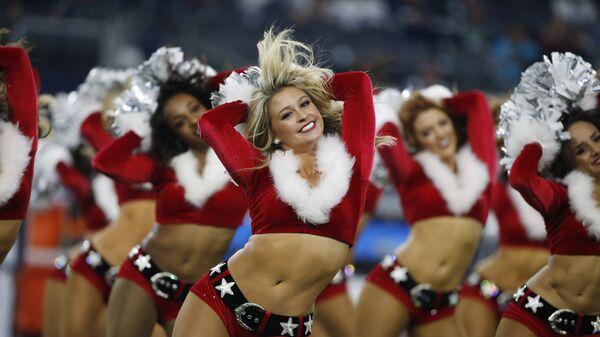 Девушки из группы поддержки Даллас Ковбойз в рождественских костюмах время футбольного матча NFL против Сиэтл Сихокс