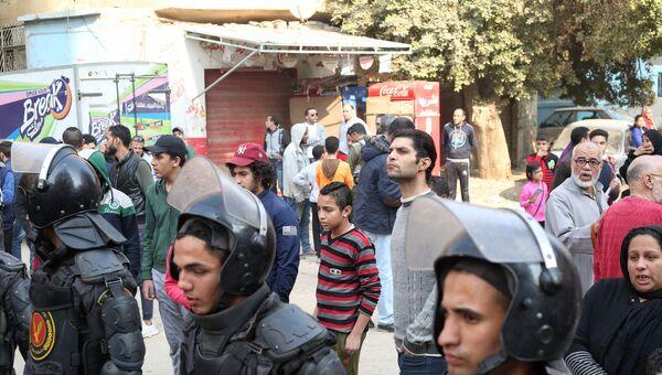 Сотрудники полиции у коптской церкви в городе Хелуан в пригороде Каира, где произошло нападение боевиков. 29 декабря 2017