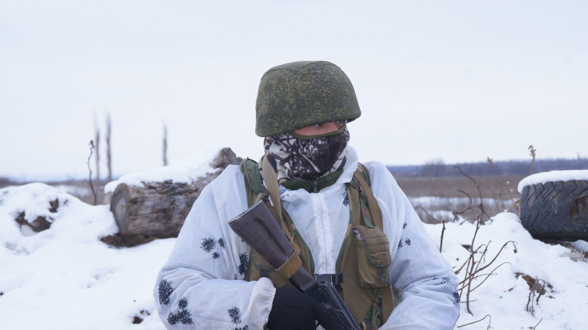Военнослужащий Народной милиции ЛНР на передовой позиции в Донбассе - РИА Новости, 1920, 10.03.2021