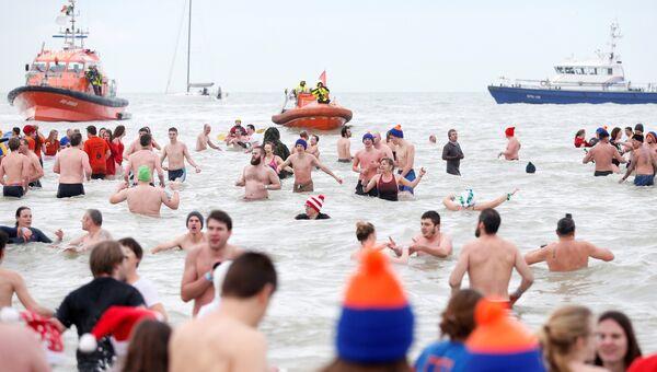 Бельгийцы приняли участие в посвященном наступлению Нового года традиционном массовом купании в водах Северного моря
