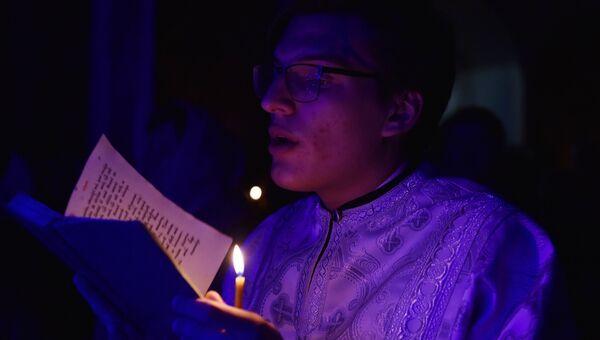 Священнослужитель во время рождественского всенощного бдения в Александро-Невском кафедральном соборе в Симферополе