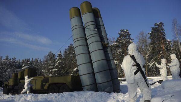 Развертывание надувного макета зенитного ракетного комплекса С-300. Архивное фото