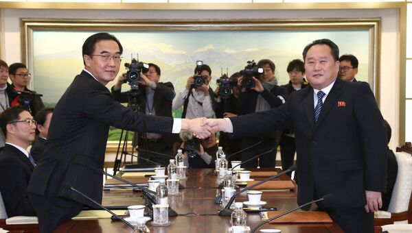 Министр южнокорейской ассоциации Чо Мьюнг Гион и глава северокорейской делегации Ри Сон Гвон во время встречи в Панмунджоме. 9 января 2018