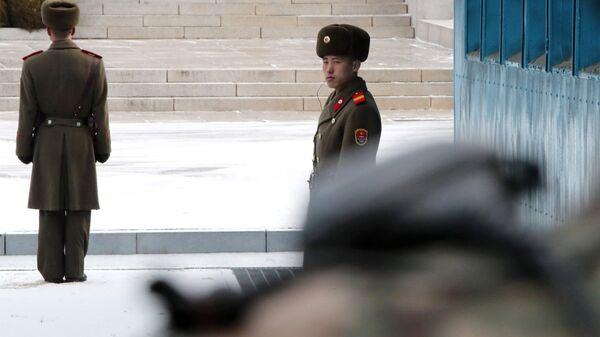 Военнослужащий КНДР в Пханмунджоме. Архивное фото