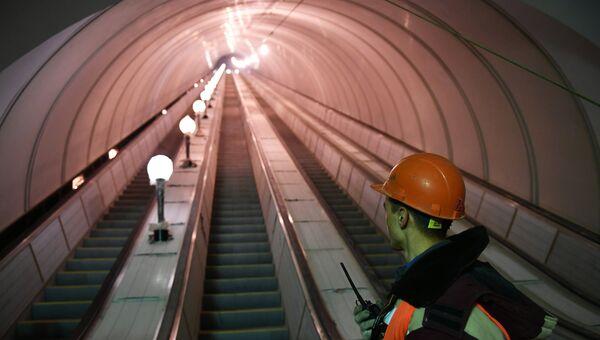 Рабочий у эскалатора строящейся станции московского метро