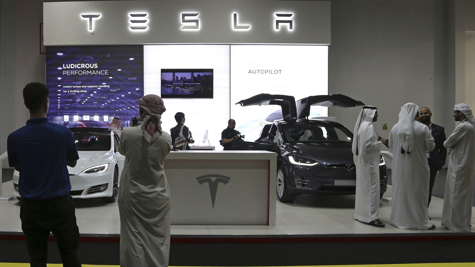 Стенд Tesla на автосалоне в Дубае - РИА Новости, 1920, 26.03.2021
