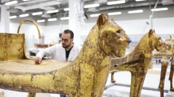 Ложе из гробницы Тутанхамона в мастерской реставрации Великого Египетского музея в Гизе