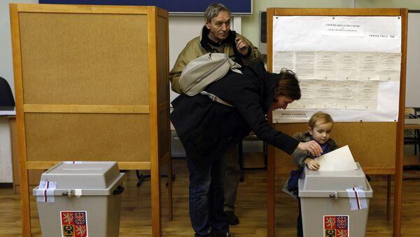 Избиратели во время голосования на президентских выборах в Праге. Архивное фото