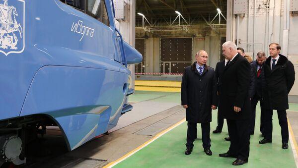 Президент РФ Владимир Путин во время осмотра электропоезда Иволга в цехе Тверского вагоностроительного завода. 10 января 2018