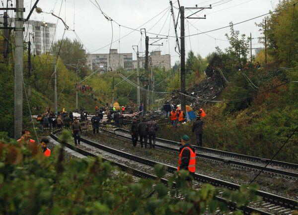 Поврежденное в результате падения пассажирского самолета Boeing-737-500 железнодорожное полотно