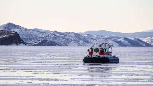 Катер на воздушной подушке на льду озера Байкал
