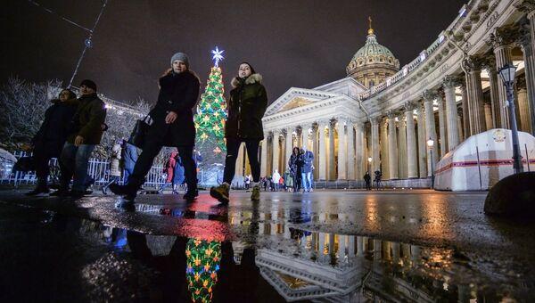 Прохожие на Казанской площади в Санкт-Петербурге