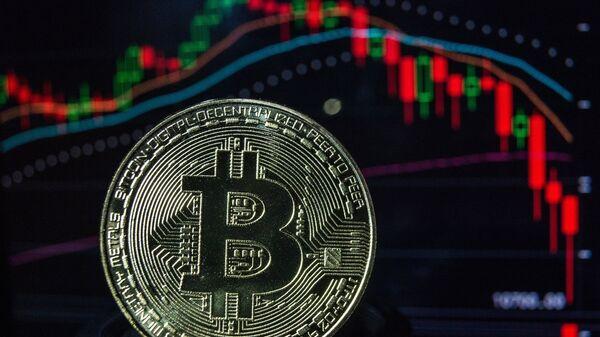 Монета с логотипом криптовалюты биткоин. Архивное фото.