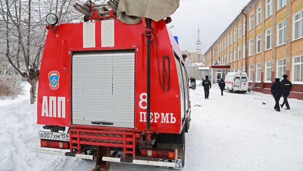 Пожарный автомобиль первой помощи у школы № 127 в Перми.  15 января 2018