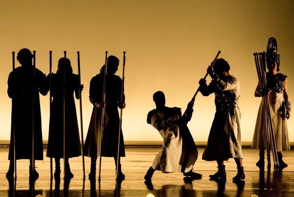 Артисты в сцене из спектакля La Verita в постановке Даниэля Финци Паски на сцене Большого Драматичекого театра им. Товстоногова в Санкт-Петербурге