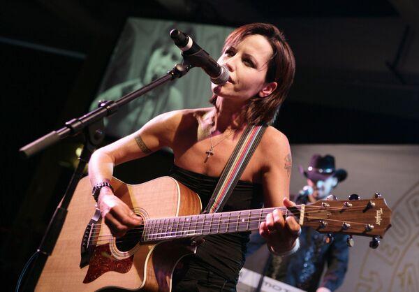 Бывшая вокалистка Cranberries Долорес О'Риордан из Ирландии выступает во время присуждения премий European Border Breakers в Каннах, Франция. 27 января 2008