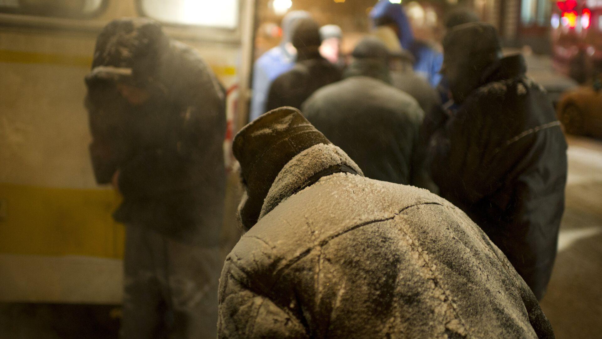 Бездомные люди у автобуса православной службы помощи Милосердие - РИА Новости, 1920, 21.01.2021