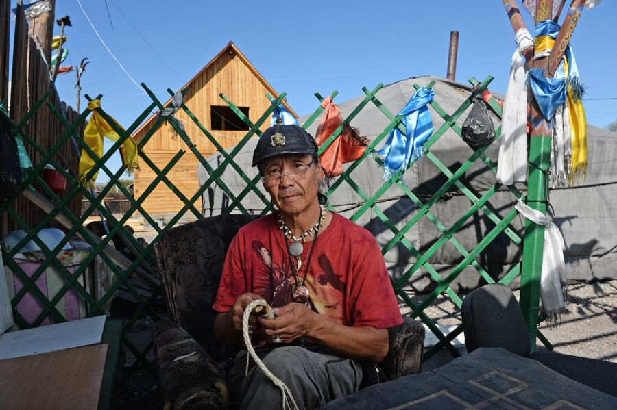 Шаман Сергей Оюн во дворе шаманского общества Адыг-Ээрен (Дух медведя) в Кызыле