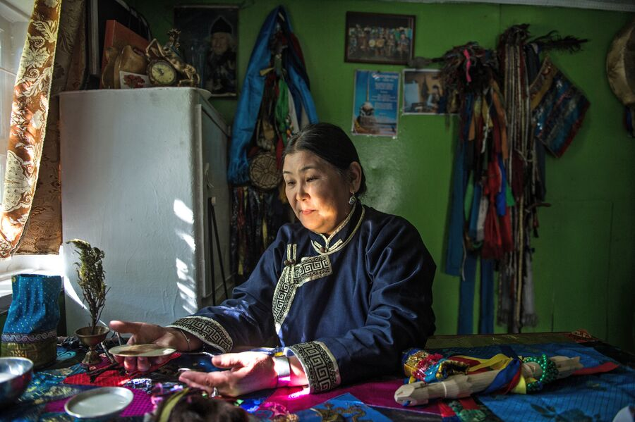 Председатель шаманского общества Дунгур Сара Каадыр-ооловна Сарыг-оол в своем кабинете в Кызыле