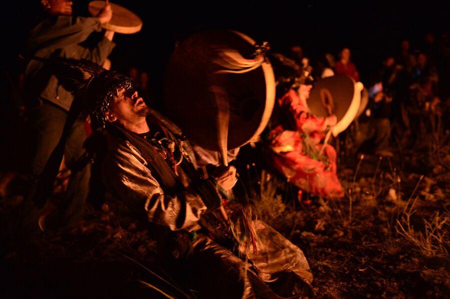 Шаман во время обряда на международном фестивале Зов 13-ти шаманов в Республике Тыва