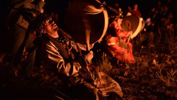 Шаман во время обряда на фестивале в Республике Тыва. Архив