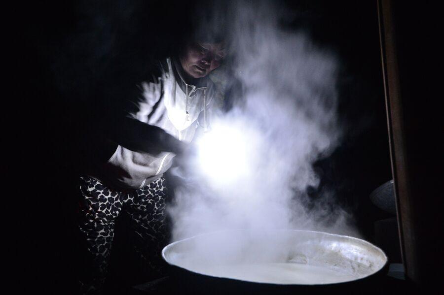 Участники международного фестиваля Зов 13-ти шаманов в Республике Тыва готовят арагу