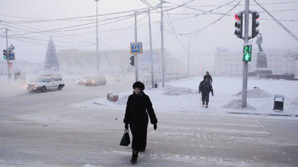 Местные жители на проспекте Ленина в городе Якутске