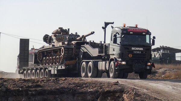 Грузовик, перевозящий турецкую военную технику, в районе турецко-сирийской границы