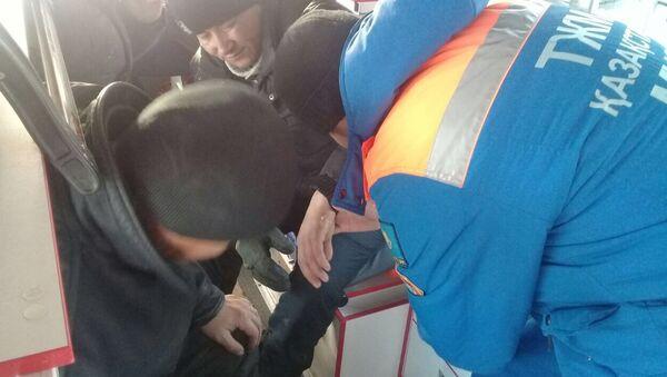 Оказание помощи пассажиру, пострадавшему при возгорании автобуса на трассе Самара - Шымкент в Актюбинской области в Казахстане