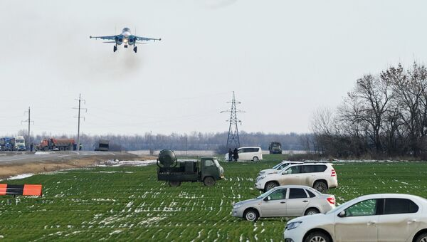 Истребитель-бомбардировщик Су-34 и два тяжелых истребителя Су-30М2 во время захода на посадку на автотрассу в Ростовской области в ходе летно-тактических учений 4-й армии ВВС и ПВО Южного военного округа