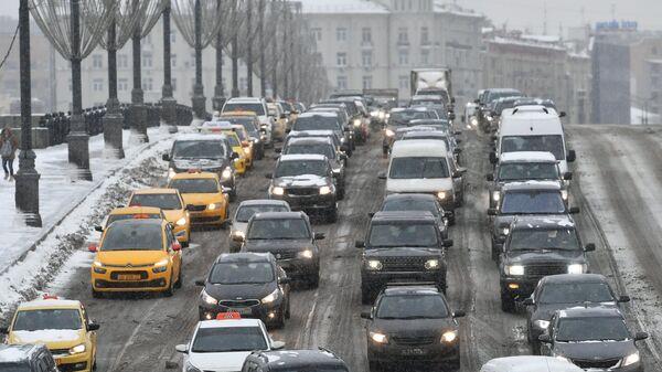 Автомобильное движение во время снегопада в Москве