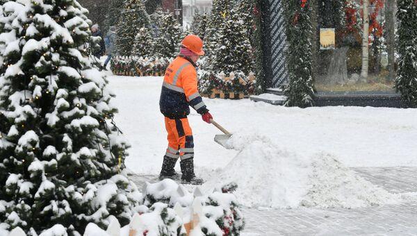 Сотрудница коммунальных служб Москвы во время ликвидации последствий сильного снегопада на Манежной площади