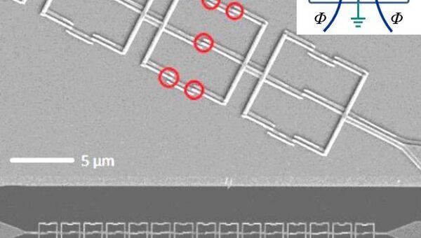 Микрофотография цепочки зеркальных кубитов. В нижней части – разрешение в 20 микрон на см, в верхней – 5 микрон на см. Кружочками обозначены джозефсоновские переходы, входящие в один зеркальный кубит.