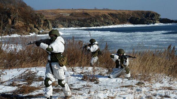 Бойцы группы прикрытия инженерного разведывательного дозора во время учений инженерного батальона Тихоокеанского флота (ТОФ) на полигоне Горностай в Приморском крае