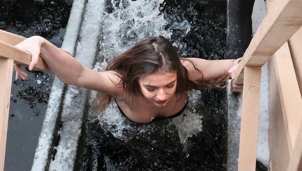 Участница фестиваля Петербургские Красавицы во время традиционного праздничного купания в Крещенский сочельник на реке Неве в Санкт-Петербуге
