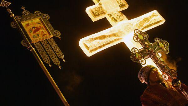Верующий во время службы в Крещенский сочельник на Раифском озере неподалеку от Раифского Богородицкого мужского монастыря в Зеленодольском районе республики Татарстан