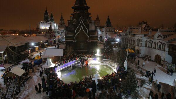 Верующие во время традиционного праздничного купания в Крещенский сочельник у Храма Святителя Николая в Измайловском Кремле в Москве