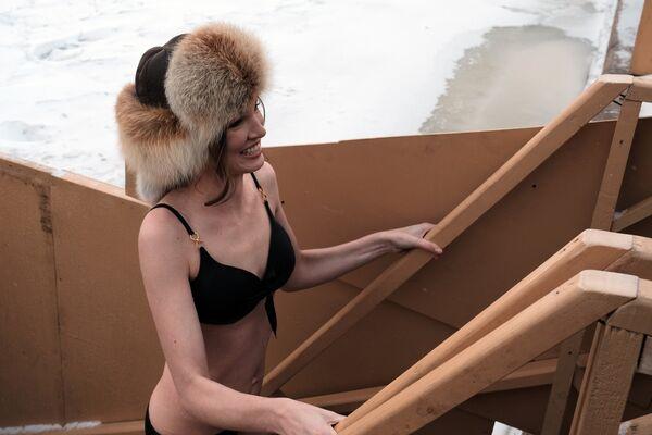 Участница фестиваля Петербургские Красавицы во время традиционного праздничного купания на реке Неве в Санкт-Петербуге
