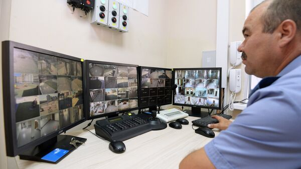 Демонстрация системы видеонаблюдения в школе. Архивное фото