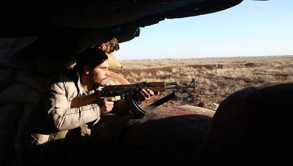 Боец из Свободной сирийской армии стреляет по позициям курдов в районе Африна