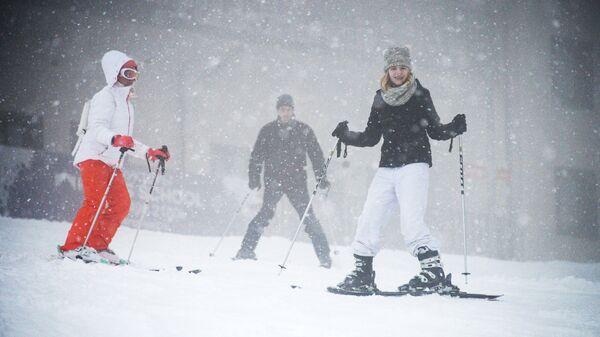Посетители на горнолыжном курорте Роза Хутор в Адлерском районе города Сочи