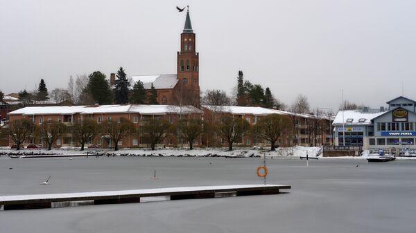 Вид на Кафедральный собор с набережной в городе Савонлинна