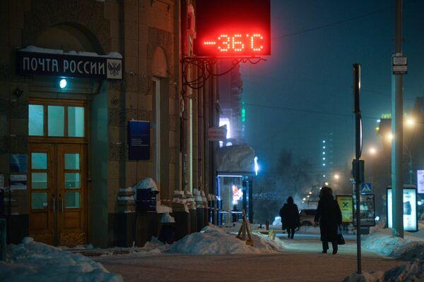 Табло с указанием температуры на улице Ленина в Новосибирске