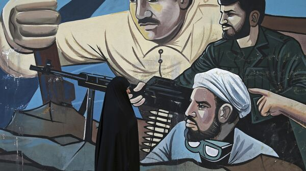 Граффити с изображением бойцов ополчения Басидж, входящего в состав КСИР, на улице в Тегеране, Иран